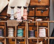 Linhas de costura em um balcão de armarinho